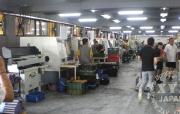 高性能CNC工作機(フルオートタイプ)が整然と並んでいる